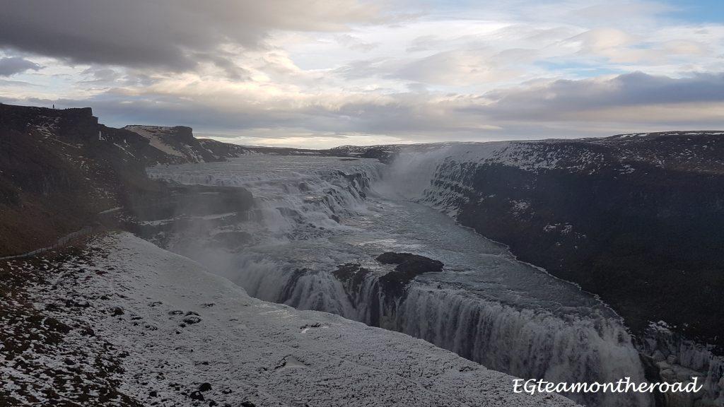 Cascada Gullfoss, es una cascada impresionante, con doble caída por la separación de las placas.