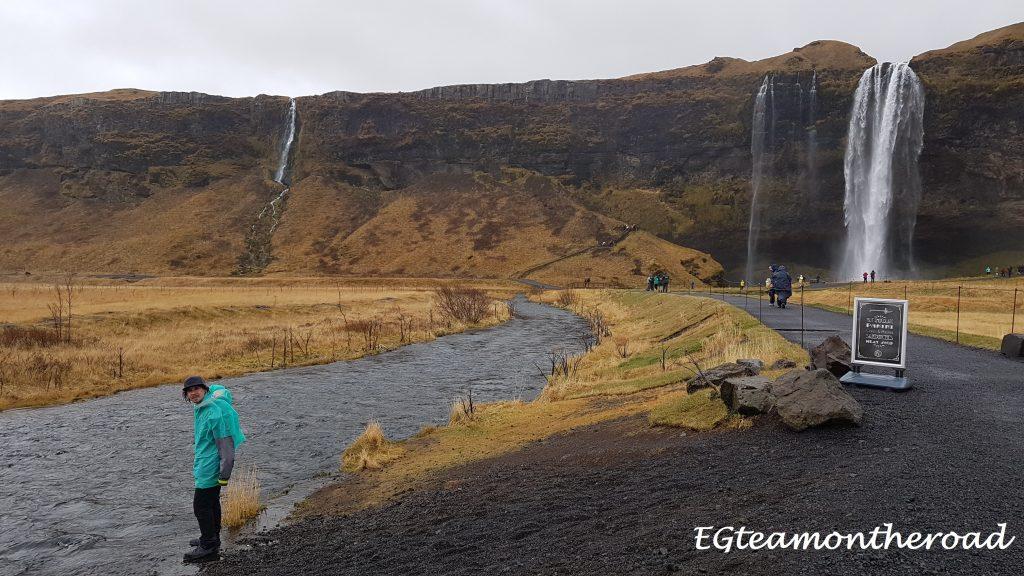 Seldjalandfoss. Una vez llegas a esta cascada podrás disfrutar de sus vistas y altura desde dentro de ella.